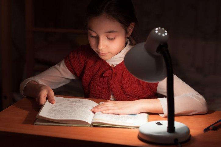 Apakah Membaca Dalam Gelap Membuat Mata Rusak?