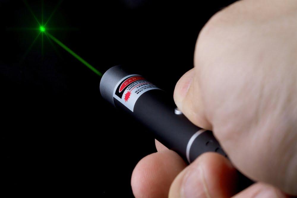 Benarkah Mainan Sinar Laser Bisa Bikin Mata Buta?