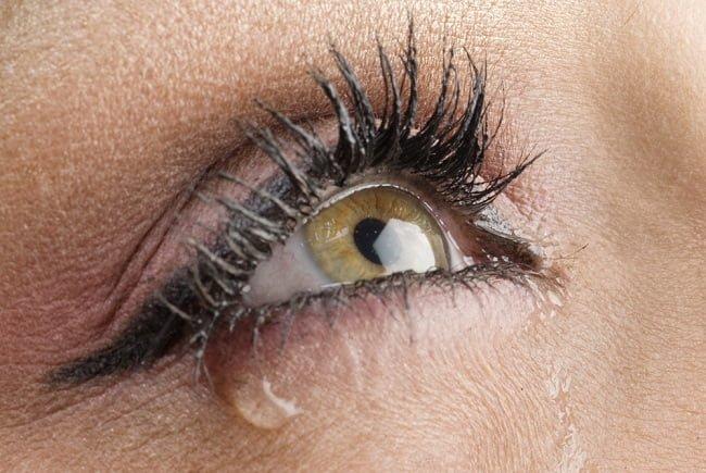 Sering Mengalami Mata Berair? Ini 10 Kemungkinan Penyebabnya