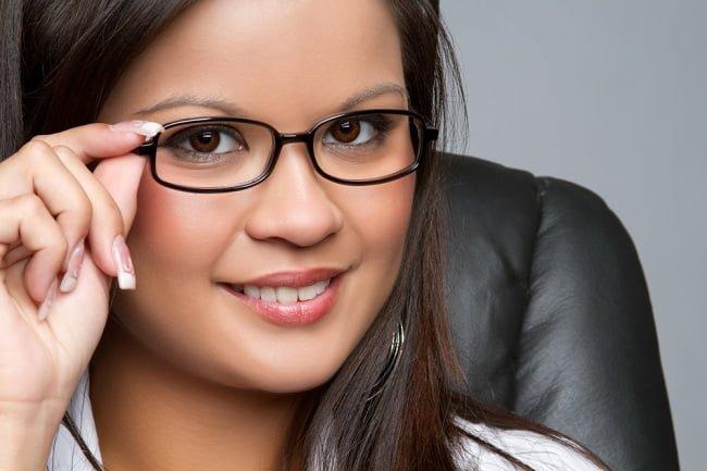 Cara Memilih Kacamata Minus Agar Tidak Mengganggu Penampilan