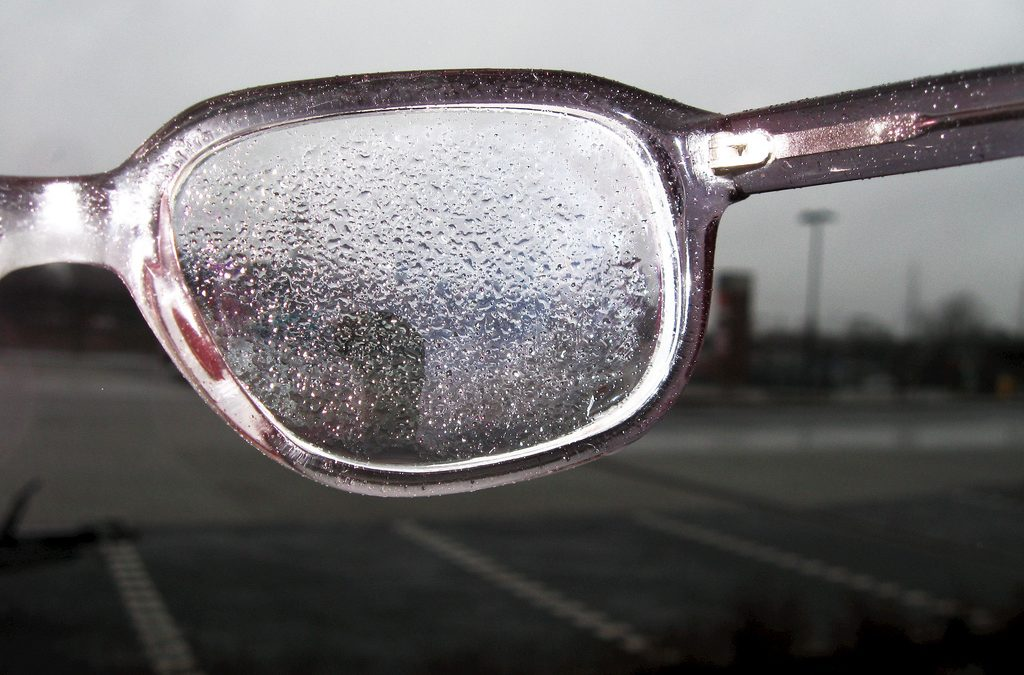 Tips Mengatasi Kacamata Berair Saat Hujan Secara Tepat