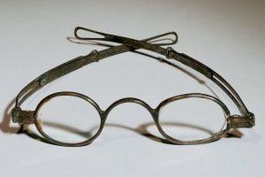 Bagaimana Sejarah Kacamata di Indonesia?