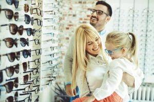 Benarkah Orang Tua Adalah Faktor Utama Anak Punya Mata Minus?